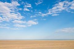 Blå himmel och guld- sand fotografering för bildbyråer