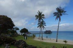 Blå himmel och hav med kusten och beachport royaltyfria bilder