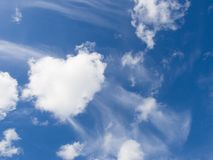 Blå himmel och hjärtaformmoln Royaltyfri Foto