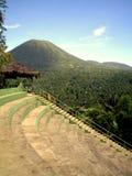 blå himmel och Lokon vulkan, Tomohon Indonesien royaltyfria foton