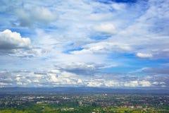 Blå himmel och moln över den Chiang Mai staden Fotografering för Bildbyråer