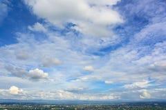 Blå himmel och moln över den Chiang Mai staden Arkivfoto