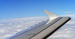Blå himmel och moln från nivån, flyg till Kroatien, ultrarapid lager videofilmer