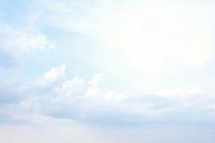 Blå himmel och moln gör sammandrag bakgrund Royaltyfri Foto