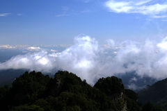 Blå himmel och moln i det Wudang berget, ett heligt land för berömd Taoist i Kina Royaltyfria Foton
