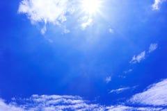 Blå himmel och moln med solljus Arkivbild