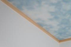 Blå himmel och moln på tak Arkivbilder