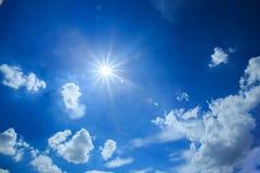 Blå himmel och molnet med den ljusa solstjärnan blossar Royaltyfri Foto