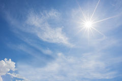 Blå himmel och molnet med den ljusa solstjärnan blossar bakgrund Royaltyfri Bild