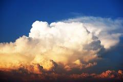 Blå himmel och molnigt royaltyfria foton