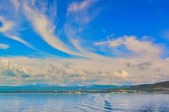 Blå himmel och mountins Arkivfoto