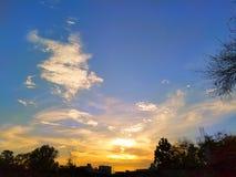 Blå himmel och orange himmel med solnedgång arkivfoto