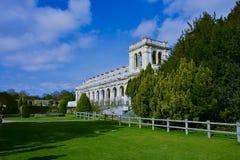 Blå himmel och slotten i Trentham arbeta i trädgården fyller på med bränsle nära på Trent, UK royaltyfri fotografi