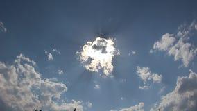 Blå himmel och sol med moln i Petrich arkivfilmer