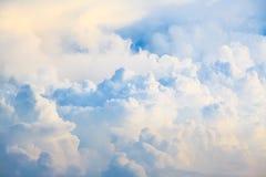 Blå himmel och stort molnabstrakt begrepp Arkivfoto