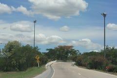 Blå himmel och tom krökt väg Arkivbilder