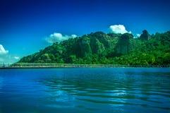 Blå himmel och underbar sjö Fotografering för Bildbyråer