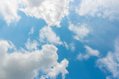 Blå himmel och vit fördunklar mot solen Royaltyfria Bilder
