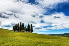 Blå himmel och vita moln av Tuscany Arkivfoton