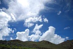 Blå himmel- och vitmolnen Royaltyfria Foton