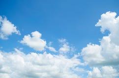 Blå himmel och vitt molnigt härligt Arkivbild