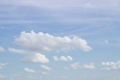 Blå himmel på härliga moln Arkivfoto