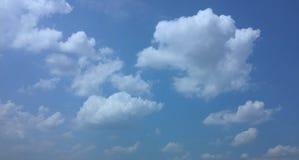 Blå himmel, pösiga moln Arkivfoto
