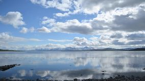 Blå himmel, snöig berg och timelapse för blåttfjordsommar stock video