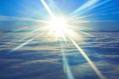 Blå himmel, solnedgångsol och moln Arkivfoto