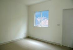 Blå himmel som ses till och med fönster av vitt utrymme för tomt rum arkivbilder
