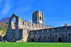 Blå himmel som tänker på springbrunnabbotskloster, i North Yorkshire, i den sena mars 2019 royaltyfria bilder