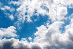 Blå himmel till och med molnen Arkivbild
