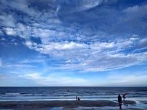 Blå himmel vem inte? Fotografering för Bildbyråer