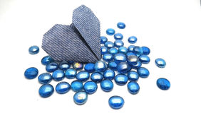 Blå hjärta på blåa kiselstenar arkivfoto