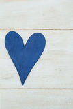 Blå hjärta på en vit bakgrund, trä målade grekblått arkivbilder