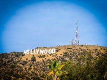 blå hollywood teckensky arkivfoton