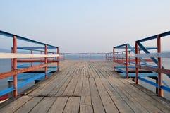 Blå horisont och sjön Arkivbild