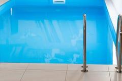 blå inomhus pöl arkivbild