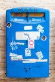 Blå italiensk vägg monterad brevlåda Arkivbilder