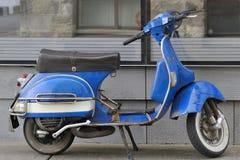 Blå italiensk vespa i banavägen Arkivbilder
