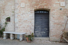 Blå italiensk ytterdörr Arkivfoto