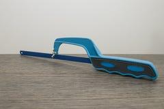 Blå järnbågfil på en dekorerad wood tabell Royaltyfri Fotografi