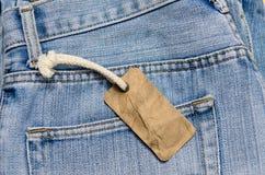 Blå jean med den gamla etiketten eller prislappen Arkivfoto
