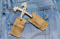 Blå jean med den gamla etiketten eller prislappen Arkivbild