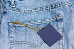 Blå jean med etiketten eller prislappen Royaltyfri Foto