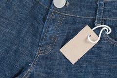 Blå jean med prislappen Royaltyfria Foton