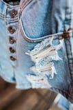 Blå jeantextur med en reva Arkivbilder
