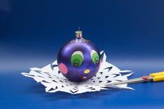 Blå jul klumpa ihop sig, och saxen för handgjort lokaliseras på en sn Royaltyfri Foto