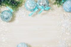 Blå jul klumpa ihop sig på träbakgrund med kopieringsutrymme arkivbild