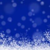 Blå julbakgrund med snöflingor Arkivbilder